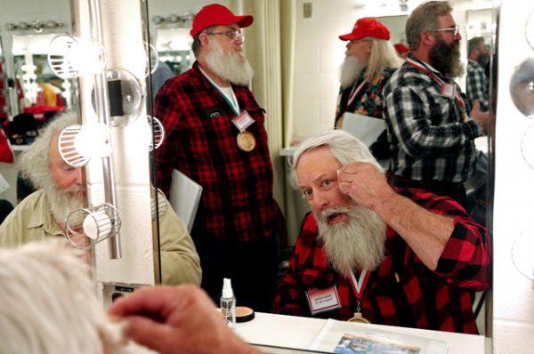 Санта Холмс Кимбл из Фармер-Сити, штат Иллинойс, учится накладывать Санта-макияж.