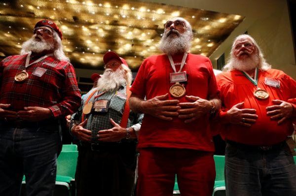 На занятиях Деды Морозы занимаются дыхательными практиками.