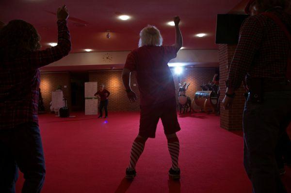 Санта-Глен Джонсон из Вудстока изучает новые танцевальные движения.