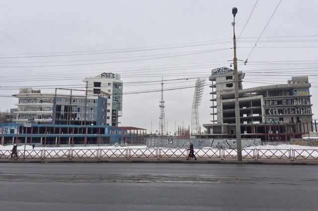 Недостроенные корпуса с выбитыми окнами на площади Труда вызывают унылое впечатление.