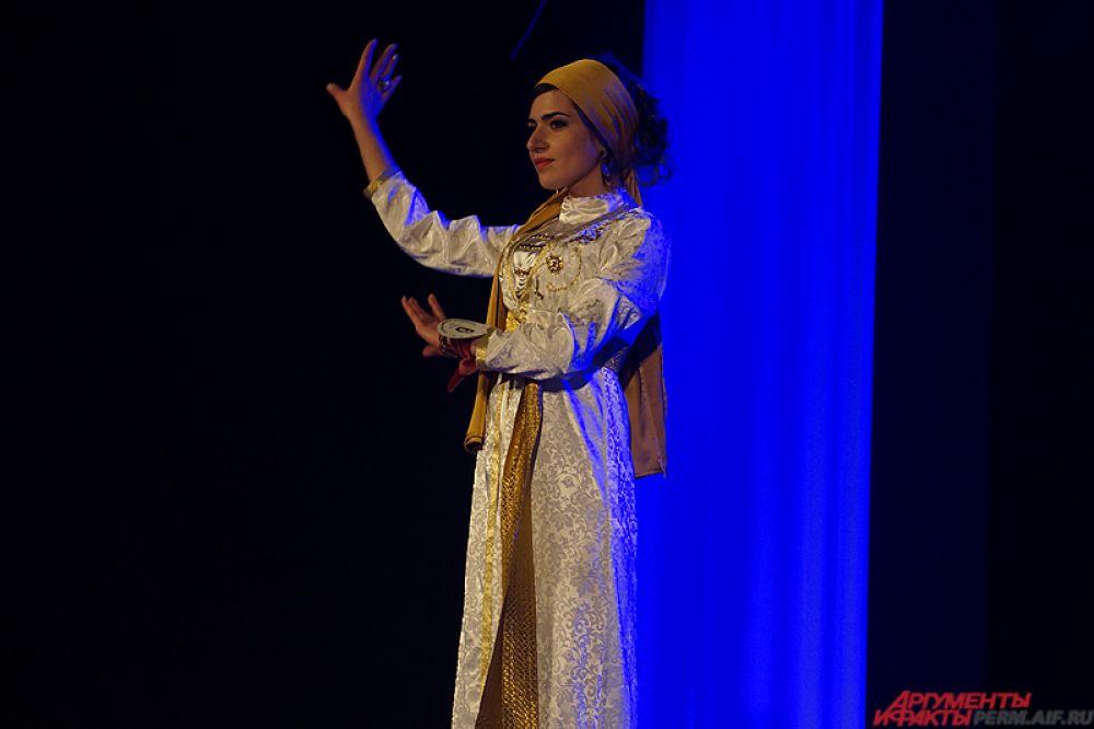 Колоритные танцы, песни, чтение стихов, – девушки пытались показать свои особенности через традиционную культуру.