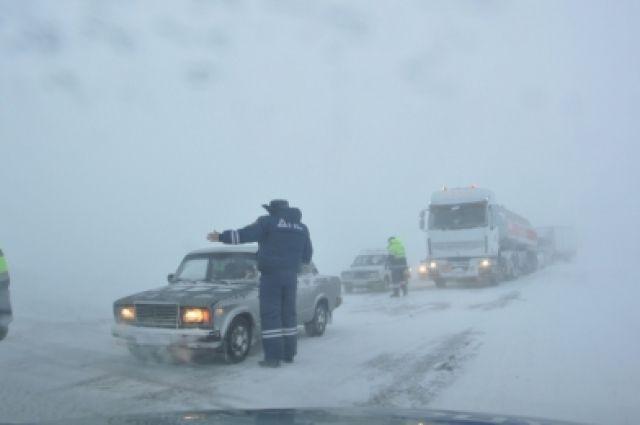 Движение на трассах также ограничено.