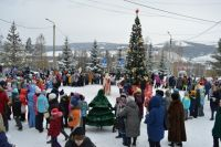 На центральной аллее дед Мороз и Снегурочка приветствовали собравшихся ребятишек из красноярских школ.