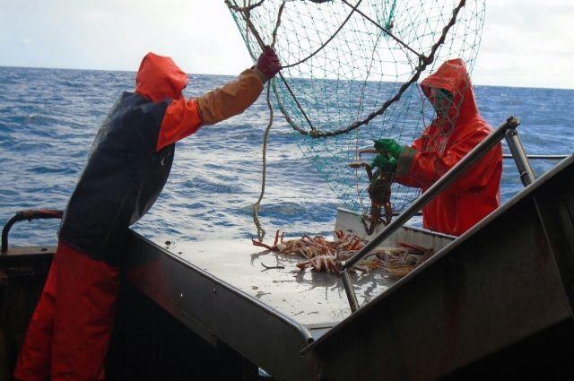 Рыбаки вернулись домой, но зарплату еще не получили.
