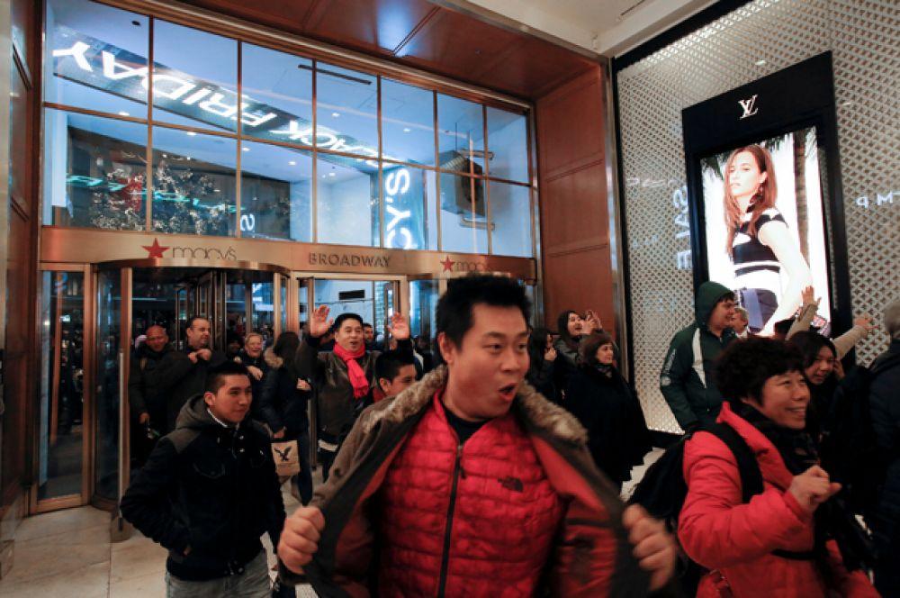 В США люди массово штурмуют магазины.