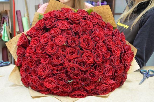 Самыми популярными цветами из года в год в любой праздник остаются розы.