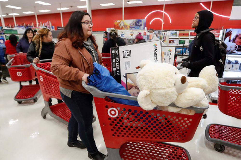 Покупатели в универмаге Target.