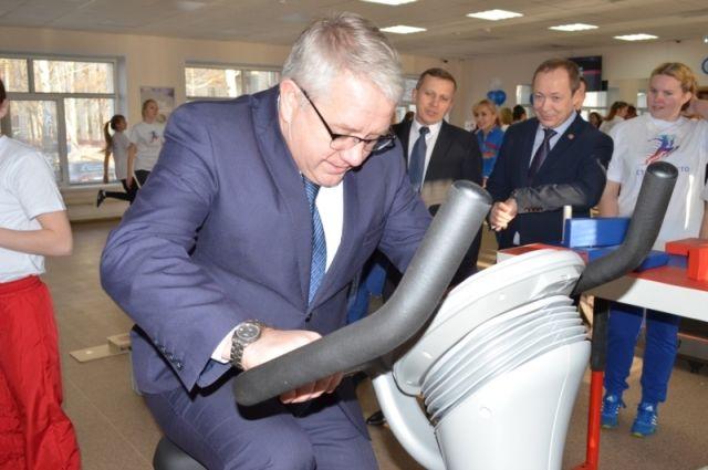 Министр образования ЧР Юрий Исаев на тренажёре