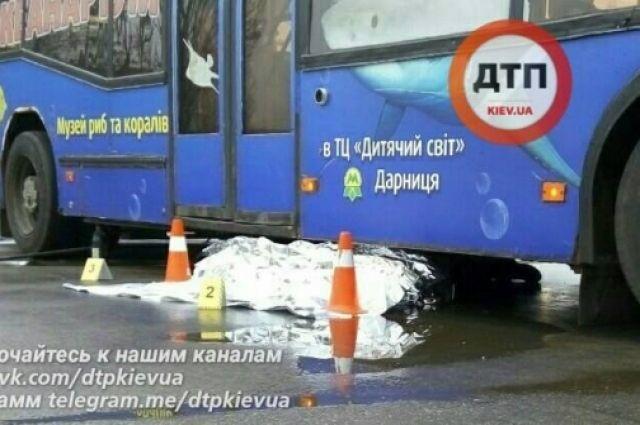 ВКиеве троллейбус раздавил водителя, который спешил кноворожденной внучке