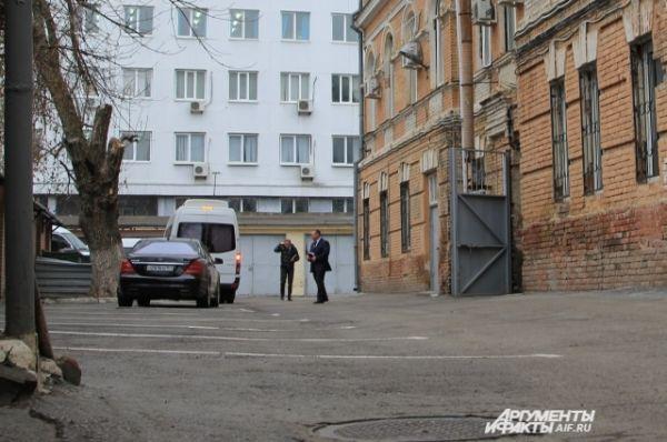 Кортеж Януковича въехал на территорию суда.