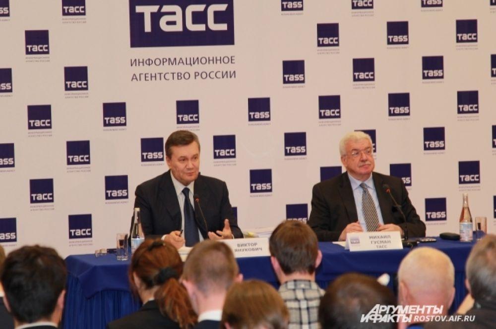 Из областного суда Янукович и журналисты переехали в зал ВертолЭкспо на проспекте Нагибина, где прошла пресс-конференция.
