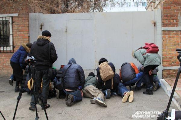 Журналисты пытаются в щелочку ворот увидеть, кто приехал на черном «Мерседесе» и представительном микроавтобусе.