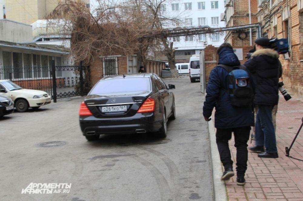 Микроавтобус, в котором находился Виктор Янукович, в сопровождении чёрного «Мерседеса» проследовали в Ростовский областной суд.