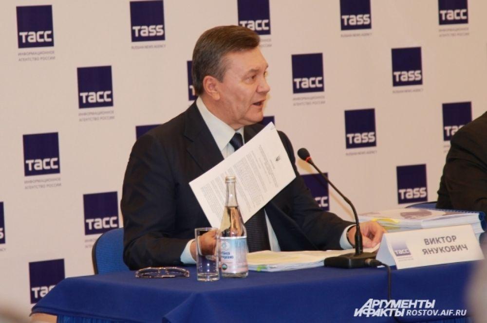 Виктор Янукович демонстрировал документы и трехтомные доказательства преступления новой власти.