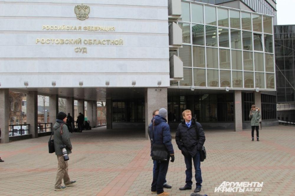 Рабочий день для Виктора Януковича начался в Ростовском областном суде, куда он прибыл в качестве свидетеля по вопросу беспорядков в Киеве в 2013-2014 годах. Здесь ему организовали видеомост с украинским судом.