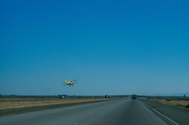 ВСША самолет сотказавшим агрегатом приземлился нашоссе