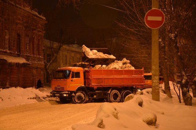 По ночам в городе вывозят снег