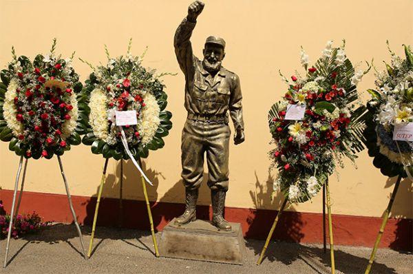Венки у статуи команданте. Посольство Кубы в Лиме.