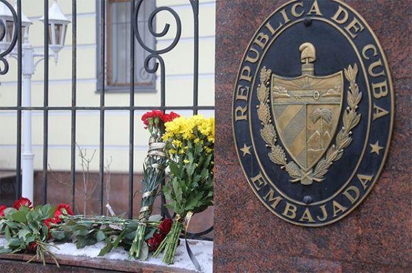 Цветы у посольства Кубы в Москве.