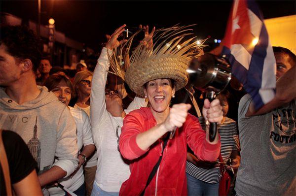 """Кадры ликующей толпы появляются в социальных сетях. Одна из набирающих популярность подписей гласит: """"Кастро умер, а Майами живет""""."""