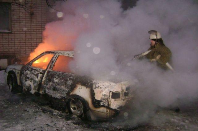Петербург: вНевском районе сгорел Mercedes