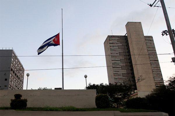 На Кубе приспущены государственные флаги.