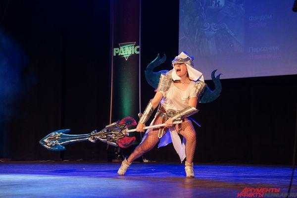 Многие участники вооружались мечами или другим внушительным оружием.