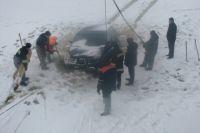 Если машина провалилась под лед, самое главное не паниковать.