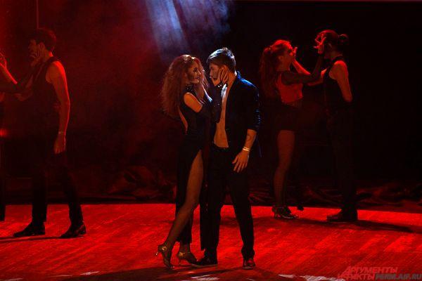 Стартовало шоу с номера «Бал сатаны», которое исполнили пермские танцоры.