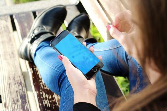 Мобильный телефон девушка сдала в ломбард.