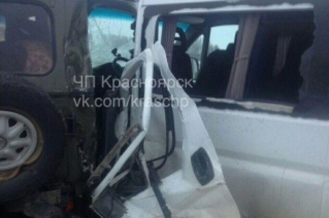 Массовая авария сучастием УАЗов, микроавтобуса илегковушки произошла вКрасноярском крае
