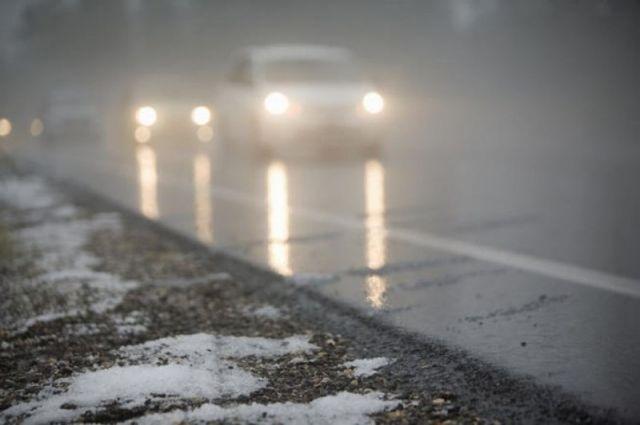 Из-за гололеда в Калининградской области автомобили вылетают с дороги.