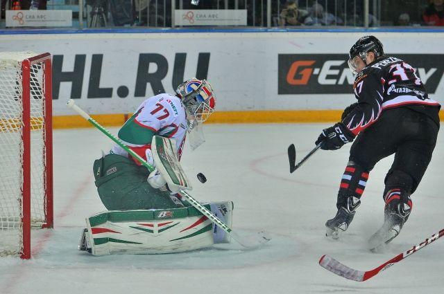 Омичи активно атаковали, но шайба в ворота казанцев не шла.