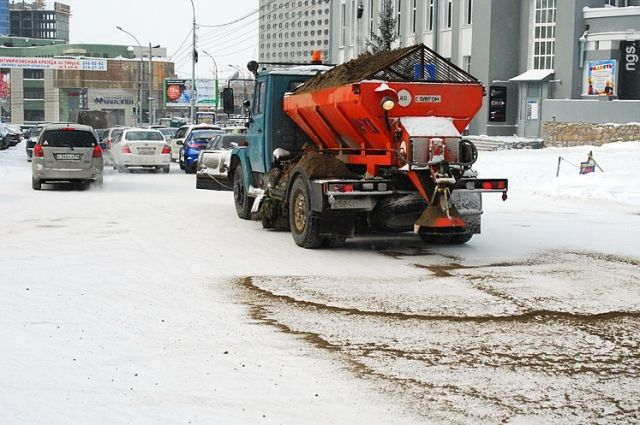 В выходные на дорогах Красноярска работали 350 единиц техники, а также бригады рабочих в числе 225 человек.