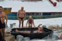 Поздравить косолапых виновников торжества пришли сибирские «моржи».