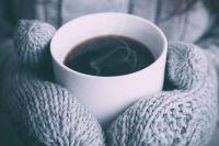 Тёплая одежда и горячее питьё помогут защититься от холода.