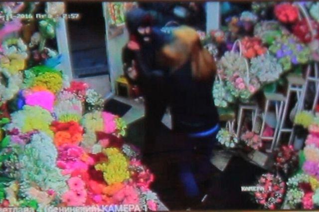 В Калининграде поймали мужчин, воровавших букеты из цветочных магазинов.