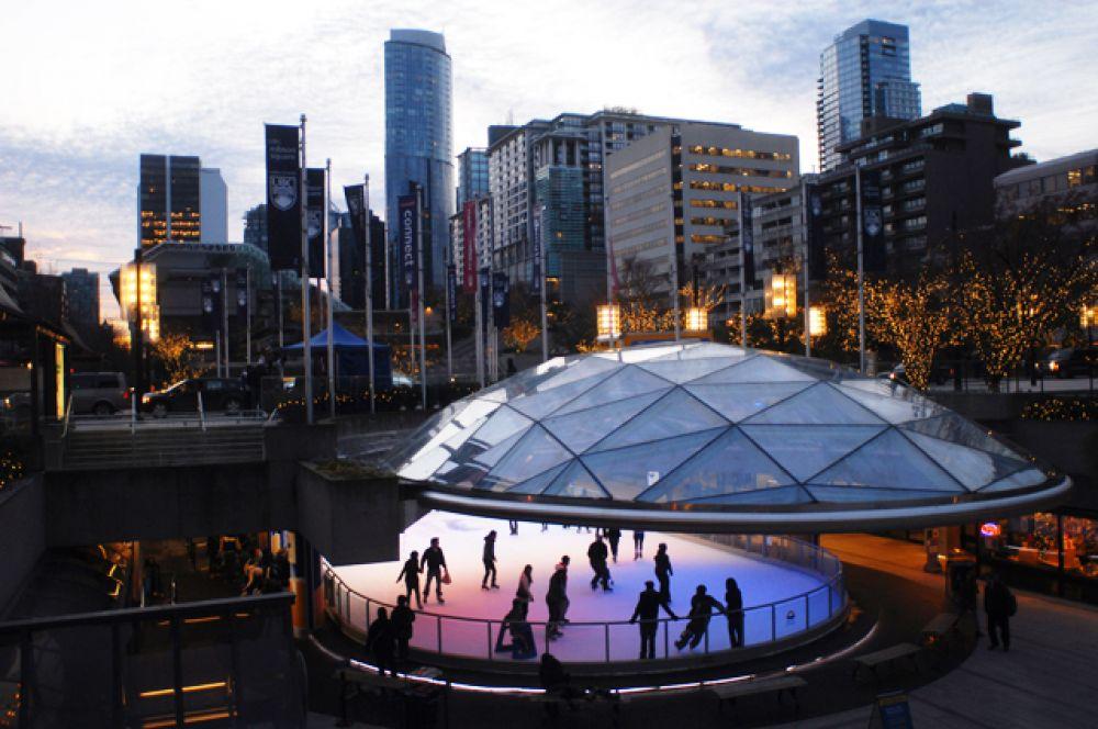 Каток на площади Робсон в Ванкувере, Канада. Стоимость билетов — $4.