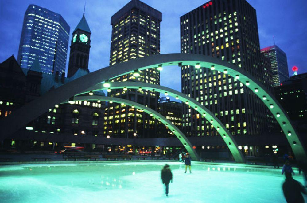 Каток на площади Натана Филипса в Торонто, Канада. Взрослый билет — $10, дети до 12 лет — $5.