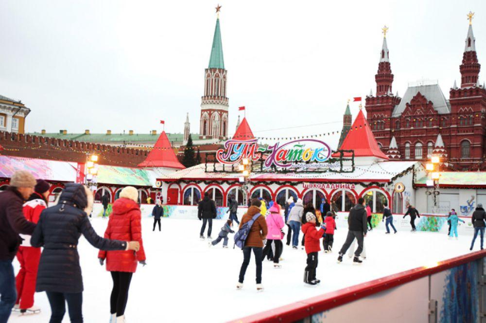 ГУМ-каток, Москва. Взрослый билет — 400-500 рублей, детский — 200-300 рублей.