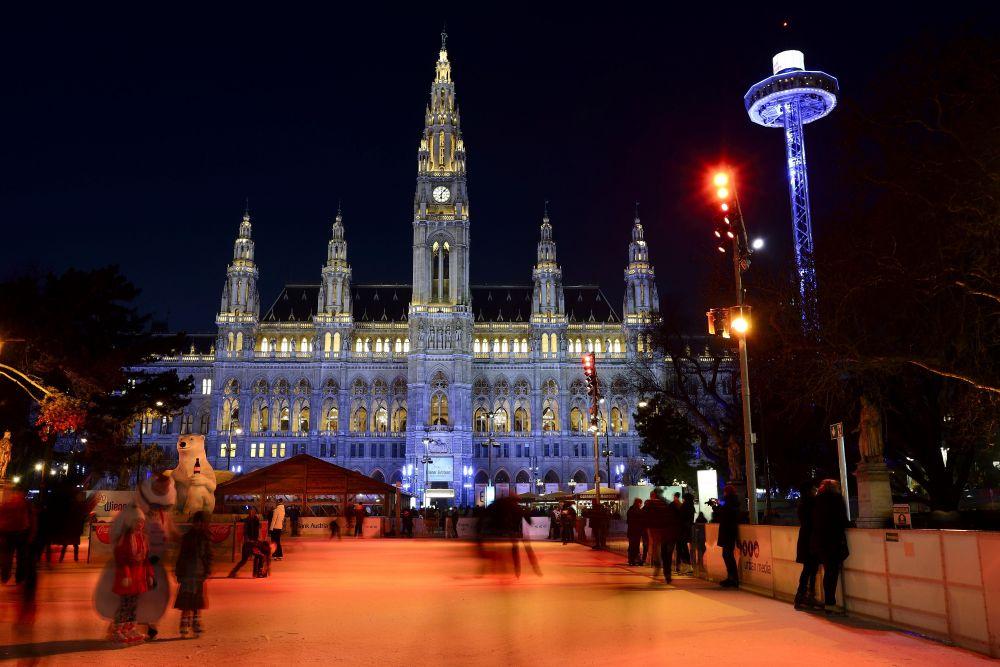 Каток Ice Dream на Ратушной площади в Вене, Австрия. Взрослый билет — 6,5 евро, дети до 14 лет — 4,5 евро.