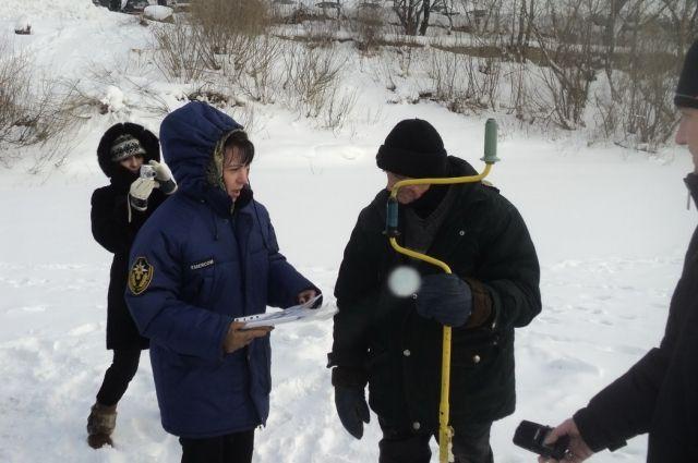 Специалисты провели замеры толщины льда на Красном озере и на Томи.