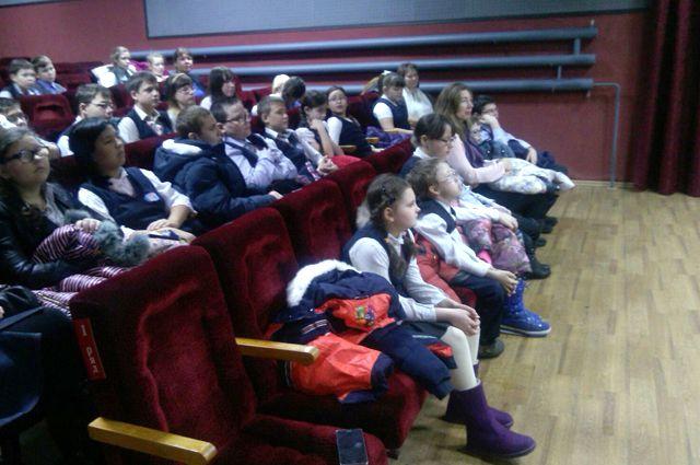Школьники перед просмотром мультфильма.
