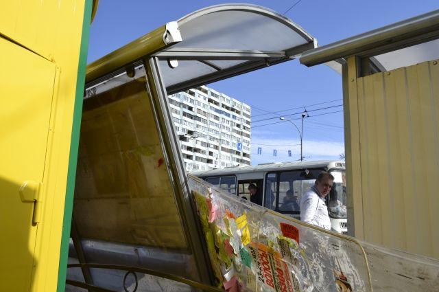 Под Смоленском отечественная легковушка влетела вавтобусную остановку