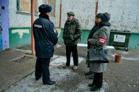 Активисты помогают полиции.