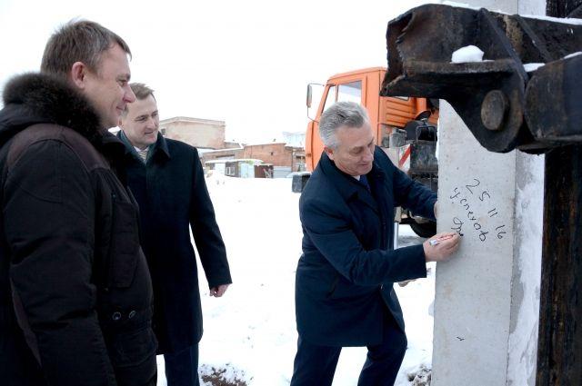 Замглавы регионального правительства Станислав Гребенщиков расписался на первой свае объекта.