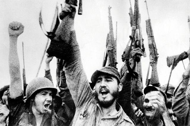 Фидель и Рауль Кастро (крайний слева) со своими сторонниками. Куба, 1959 г.