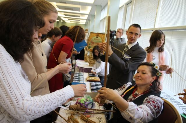 Мастер-класс «Инва-Студии» по плетению соломки, который проходил в ГосДуме РФ.