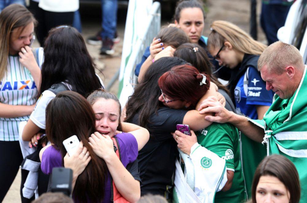 Футбольные фанаты реагируют на сообщение о случившемся.