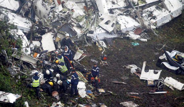Как сообщают бразильские СМИ, командир воздушного судна сообщал диспетчерам местного аэропорта Медельин Кордова о нехватке топлива. Борту был дан приоритет в посадке, однако добраться до гавани не удалось.